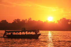 Kreuzendes Boot der Nil bei Sonnenuntergang, Luxor Stockfotografie