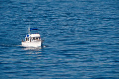 Kreuzendes Fischerboot Lizenzfreie Stockbilder