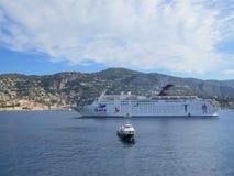 Kreuzendes Schiff Ibero in einer Lagune von Villefranche durch Nizza lizenzfreies stockbild