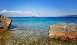 Kreuzendes Segelboot, Reisefoto Lizenzfreies Stockbild