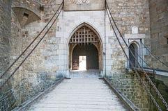在中世纪Kreuzenstein城堡的石桥梁在Leobendorf村庄 库存图片