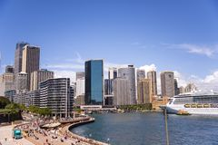 Kreuzer in Sidney-Hafen lizenzfreies stockfoto