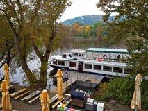 Kreuzerboot wartet auf Touristen auf dem Pier Stockfotos