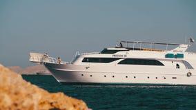 Kreuzfahrt-Boot schwimmt in das Rote Meer Stockfoto