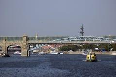 Kreuzfahrt yachts Segel auf dem Moskau-Fluss Lizenzfreies Stockfoto