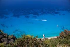Kreuzfahrtboot gesehen von oben genanntem auf klarem blauem Wasser Stockfotografie