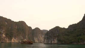 Kreuzfahrtbootssegeln bei Sonnenuntergang in langer Bucht ha, Vietnam stock video