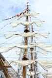 Kreuzfahrtmast und -segel Lizenzfreie Stockfotografie