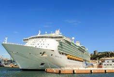 Kreuzfahrtschiff angekoppelt in Genua-Hafen Stockbild
