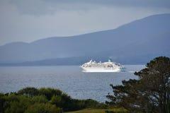 Kreuzfahrtschiff auf Bantry-Bucht Lizenzfreie Stockbilder