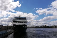 Kreuzfahrtschiff auf dem Fluss lizenzfreies stockbild