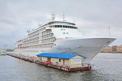 Kreuzfahrtschiff auf Neva-Fluss in St Petersburg, Russland Stockbild