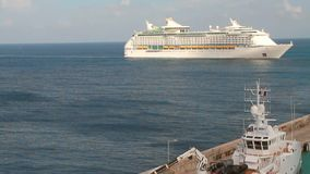 Kreuzfahrtschiff auf Weise zu tragen Bridgetown, Barbados stock footage