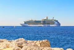 Kreuzfahrtschiff in Cannes Stockbild
