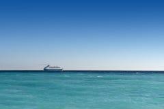 Kreuzfahrtschiff, das weg segelt Lizenzfreie Stockfotos