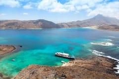 Kreuzfahrtschiff in der schönen Lagune Stockfoto