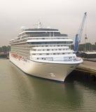 Kreuzfahrtschiff im Hafen Lizenzfreies Stockfoto