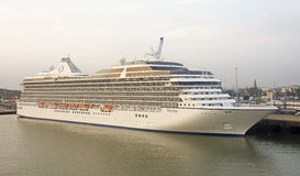 Kreuzfahrtschiff im Hafen Stockbild