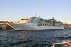 Kreuzfahrtschiff im Hafen Lizenzfreies Stockbild