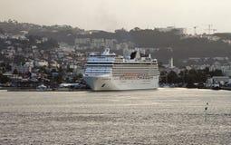 Kreuzfahrtschiff im Hafen Fort-de-France, Martinique Stockfotografie