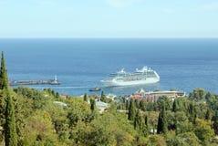 Kreuzfahrtschiff im Hafen von Jalta, Krim Stockfotografie