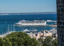 Kreuzfahrtschiff im Hafen von Palma de Mallorca lizenzfreie stockfotos