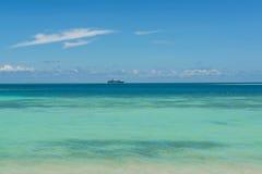 Kreuzfahrtschiff im Pazifischen Ozean Lizenzfreie Stockfotos