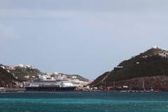 Kreuzfahrtschiff im tropischen Hafen Philipsburg, St Martin Lizenzfreie Stockbilder