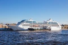 Kreuzfahrtschiff-Ozean-Prinzessin und der Tanker Gazpromneft Nordwest Lizenzfreies Stockfoto