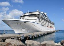 Kreuzfahrtschiff - Passagierschiff angekoppelt in den Karibischen Meeren Lizenzfreies Stockfoto