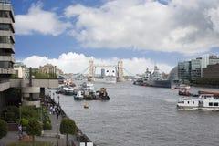 Kreuzfahrtschiff- und Turmbrücke Stockbilder
