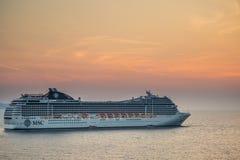 Kreuzfahrtschiff, welches die albanische Küste nahe Saranda lässt lizenzfreie stockfotos