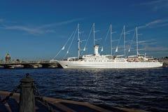 Kreuzfahrtschiff-Wind-Brandung reist von St Petersburg, Russland ab Lizenzfreie Stockfotos