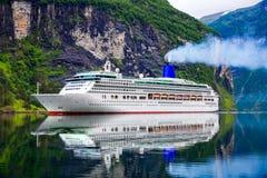 Kreuzfahrtschiffe auf Geiranger-Fjord, Norwegen stockfoto
