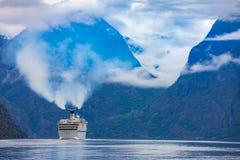 Kreuzfahrtschiffe auf Hardanger fjorden Stockfotos