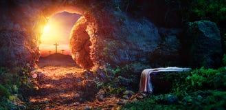 Kreuzigung bei Sonnenaufgang - leeres Grab mit Leichentuch lizenzfreie stockfotos