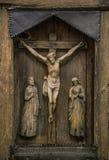 Kreuzigung von Christus schnitzte auf alter Ikone Stockbild