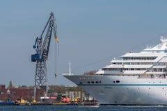Kreuzschiff Amadea segelt beim Noordzeekanaal Lizenzfreie Stockfotos