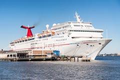 Kreuzschiff angekoppelt in Charleston, South Carolina lizenzfreies stockfoto