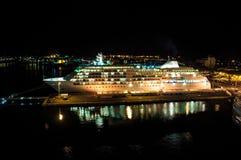 Kreuzschiff angekoppelt am Ozeananschluß nachts Lizenzfreies Stockfoto