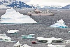Kreuzschiff in Antarctia lizenzfreies stockbild