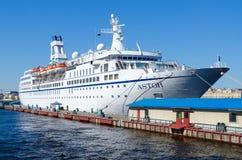 Kreuzschiff Astor auf Kai auf Neva am englischen Damm in St Petersburg, Russland Lizenzfreies Stockbild
