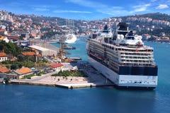 Kreuzschiff auf dem Hintergrund des Dubrovnik Lizenzfreies Stockfoto