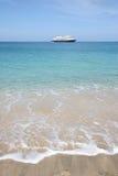 Kreuzschiff auf dem Horizont des tropischen Strandes Stockfotografie
