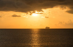 Kreuzschiff auf Horizont am Sonnenuntergang Stockfotografie