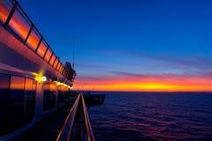 Kreuzschiff auf Sonnenuntergang Stockfotos