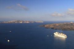 Kreuzschiff bei Santorini Stockbild
