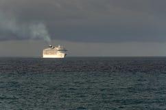 Kreuzschiff bei Sonnenaufgang Lizenzfreies Stockbild