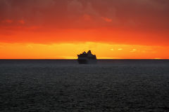 Kreuzschiff bei Sonnenuntergang im Ozean Lizenzfreie Stockbilder