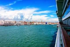 Kreuzschiff betritt Venedig-Hafen Stockfotos